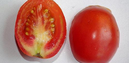 Причиной белых прожилок в томате может быть сорт