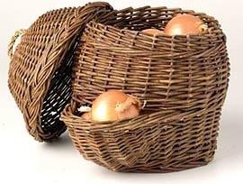 Хранение лука в корзине